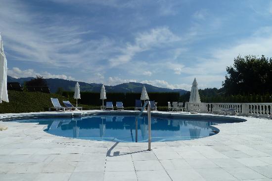 Gesundheitsresort & Spa Allgäuer Rosenalp: Blick vom Pool in die Hügeln vom Allgäu