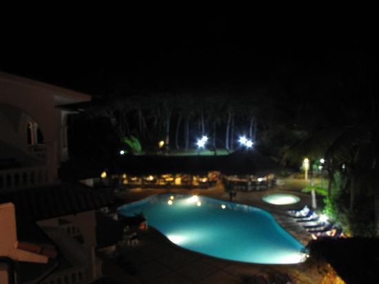Hideaway Beach Resort: night pool view