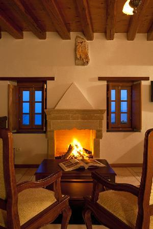 Likinia Hotel: Traditional fireplace