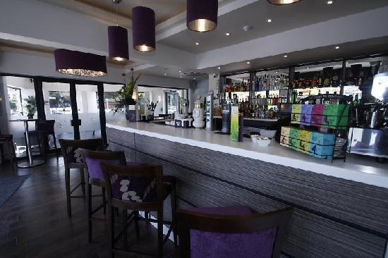 Large modern bar space picture of breeze lounge bar and restaurant bournemouth tripadvisor - Moderne loungebar ...