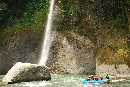 Pacuare Lodge: Waterfall on the Pacuare river