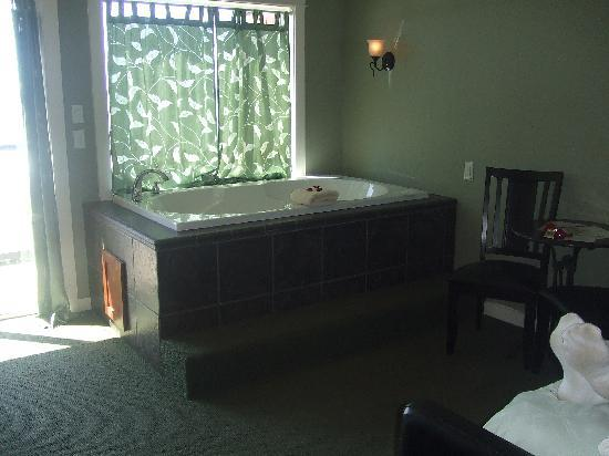 Starfish Manor Oceanfront Hotel: Jacuzzi tub in the room overlooking the ocean