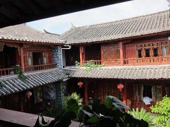 Lijiang Sanhe Hotel: Cortile
