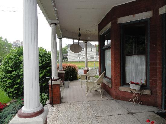 Nestle Inn Bed and Breakfast: Front Porch Comfort