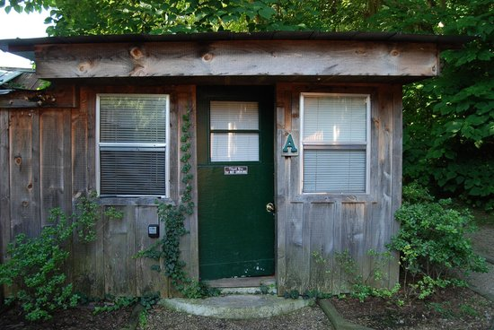 Uncle Johnny's Nolichucky Hostel & Outfitter: Outside of our room