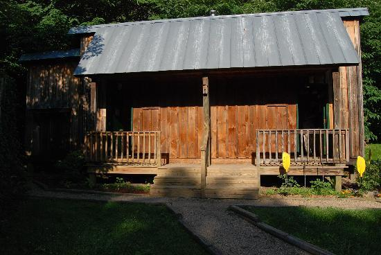 Uncle Johnny's Nolichucky Hostel & Outfitter: Bathrooms and Showers