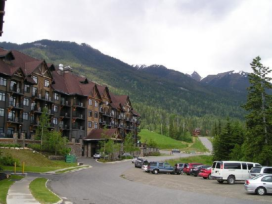 Glacier Mountaineer Lodge: Nice view with the hotel