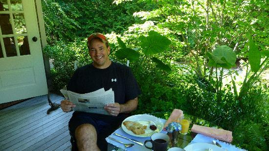 Harborwoods Guesthouse: Relaxing on the porch