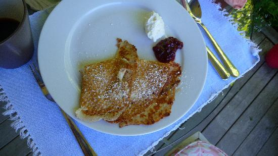Harborwoods Guesthouse: Swedish Pancakes with fresh cream - AMAZING!