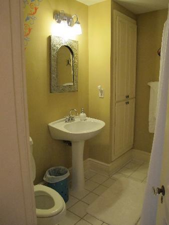 Camellia Cottage Bed & Breakfast: bathroom