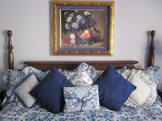 Canyon Villa Bed and Breakfast Inn of Sedona: Manzanita second-story room.  Beautiful in blue and white!