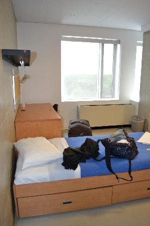 University of Toronto - New College Residence - Wilson Hall Residence: Un des lits de la chambre avec la déco très basique (bâtiment récent)