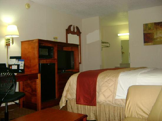 "Red Roof Inn Portsmouth - Wheelersburg: Deluxe King Bedroom features Microwave/Fridge/32"" LCD"