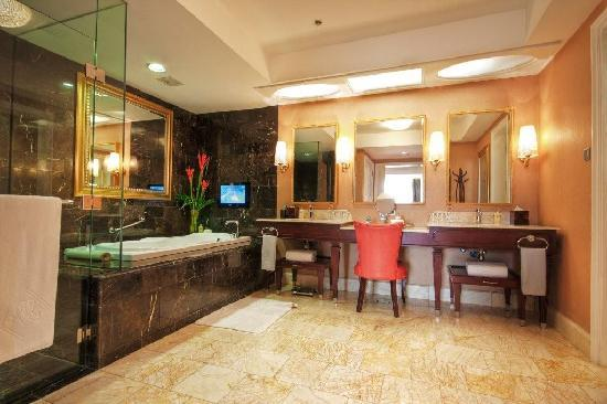 Maxims Hotel - Resorts World Manila: Luxurious Bathroom
