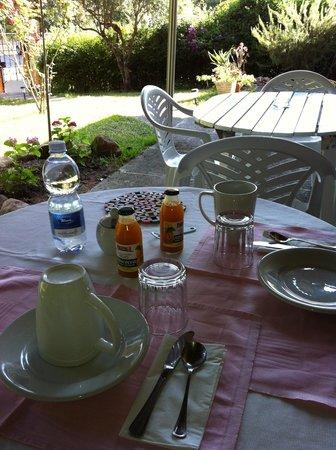 b&b villa ines: Frühstück immer beim Plastiktisch andere gäste beim erste Tisch, der aus Holz war