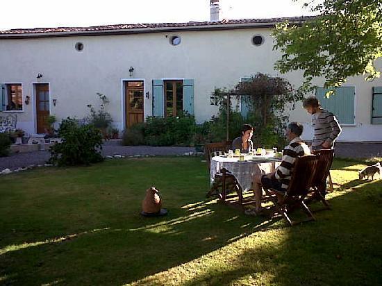 Maison Maurice: Breakfast in the garden