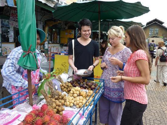 Niras Bankoc Cultural Hostel: Bique marchande des fruits pour nous!