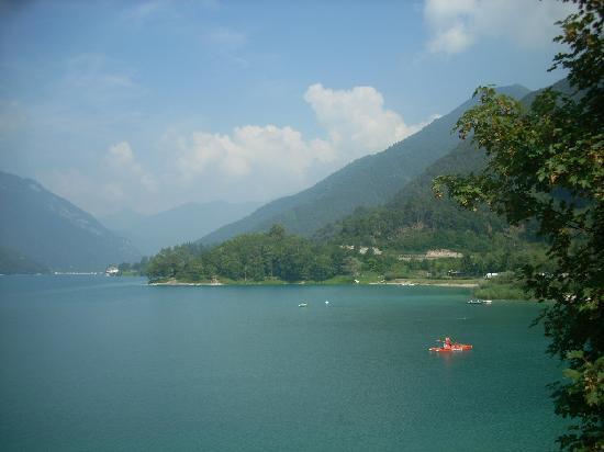Lago di Ledro: panoramica del lago con la spiaggia