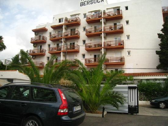 Hotel Bersoca: Outside view from the parking