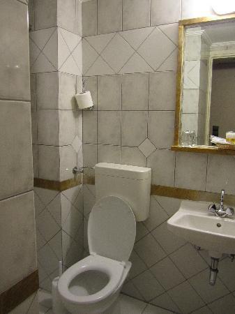 Bathroom, Victory Inn Hotel, Trias.