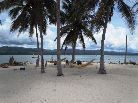 Akwadup Lodge: beach on a nearby tiny island