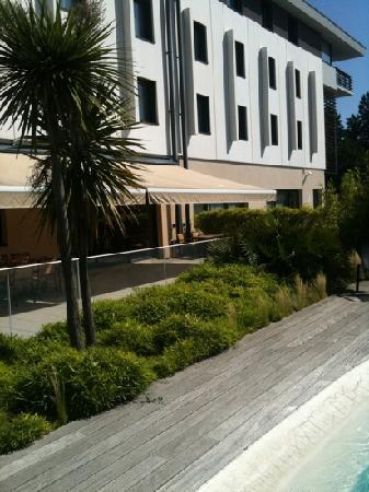 Holiday Inn Express Toulouse Airport : Terrace & Pool Area