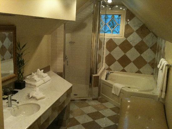 Inn at the Mill : Bathroom in Honeymoon Suite