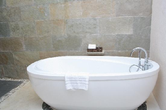 Bluewater Panglao Beach Resort: Bathtub in Ground Bathroom