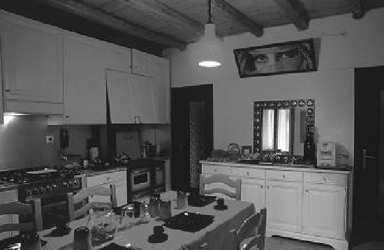 Mi Casa tu Casa Bed & Breakfast: Kitchen