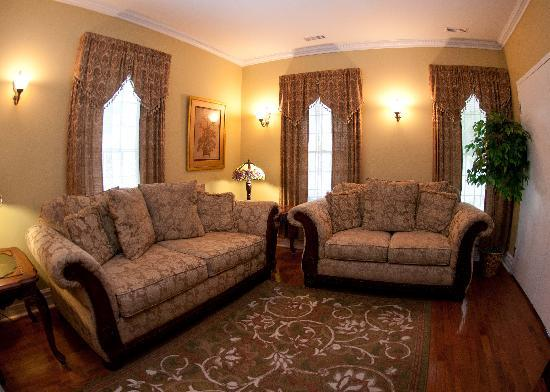Accommodations Niagara Bed and Breakfast: guest living room