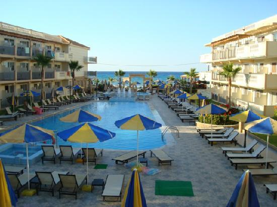 Zante Maris Hotel: The lovely pool with beach 20 mtrs beyond
