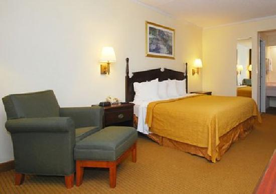 Super 8 Longview/North: King bedroom