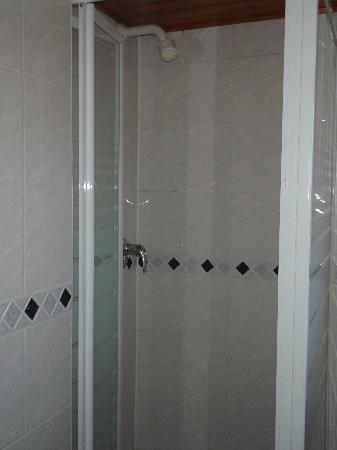 Adria Hotel: Tiny shower