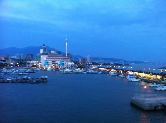 Aqua Bella Hotel: Evening view of Fishermen's Wharf at Danshui