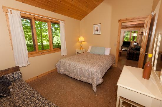 Door County Cottages: Lincoln: One of two downstairs bedrooms.