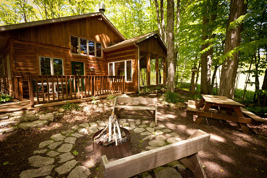 Door County Cottages: Lincoln: The firepit is surrounded by woods and a peaceful retreat.