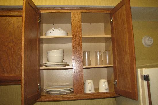 Studio 6 Greensboro: Dishes provided in room