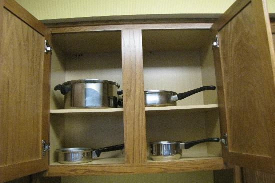 Studio 6 Greensboro: pots and pans provided in room