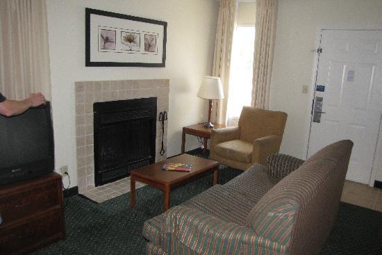 Studio 6 Greensboro: living room area