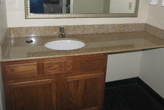 Studio 6 Greensboro: Sink/Wash area