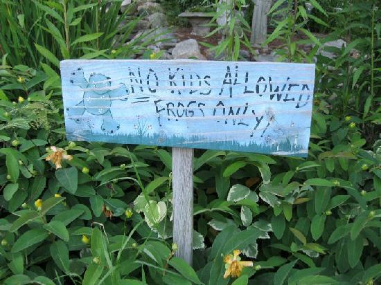 Alpine Village Inn: Cute sign by the pond