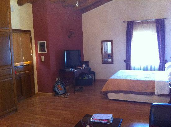 Casa Moazzo Suites & Apartments: Another third of the bedroom....