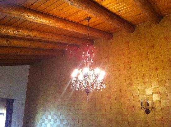 Casa Moazzo Suites & Apartments: Every bedroom should have a chandlier!