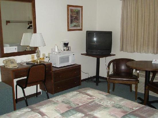 Rails Inn Motel: Desk, micro, TV