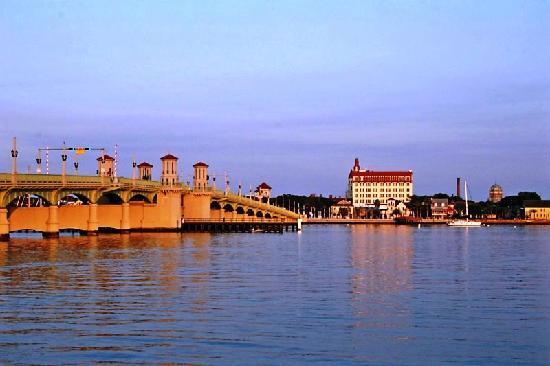 إيدجووتر إن: The Bridge of Lions at Sunrise