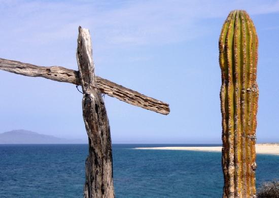 El Angel Azul Hacienda: Island with cross and cactus