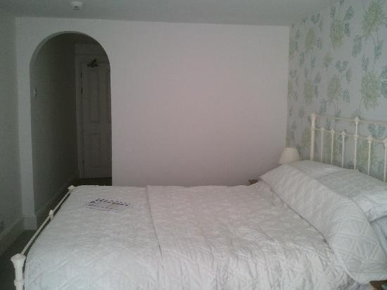 Lee House: King size bed