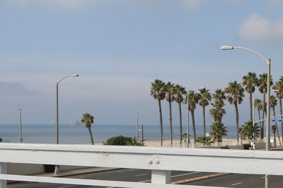 Huntington Surf Inn: A few steps away are the Ocean and Huntington City Beach
