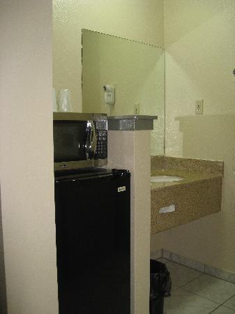 Sand Castle Inn: Microwave and Fridge