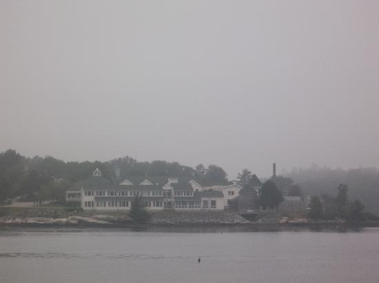 Spruce Point Inn Resort and Spa: Spruce Point Inn on a foggy day
